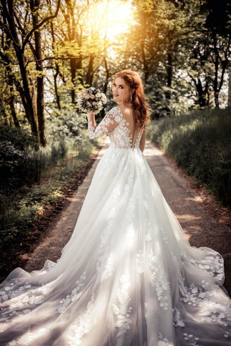 Jakie suknie ślubne 2021 są warte zainteresowania?