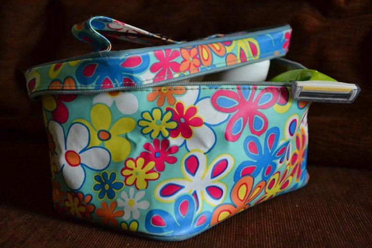Miękkie kosmetyczki łatwo można spakować do bagażu czy torebki