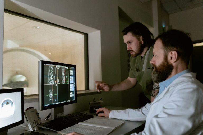 Kiedy warto wykonać rezonans magnetyczny kręgosłupa?
